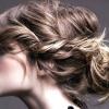Збираємося на шкільне торжество: зачіска на випускний на довге волосся